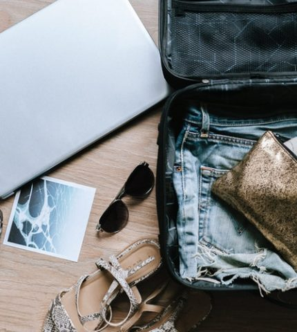 Чемоданное настроение: 5 вещей, которые стоит взять с собой в путешествие-430x480
