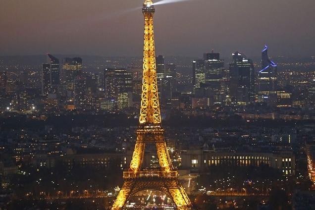 ВИДЕО: на Эйфелевой башне установили экстремальный аттракцион