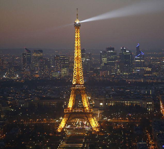 ВИДЕО: на Эйфелевой башне установили экстремальный аттракцион-320x180