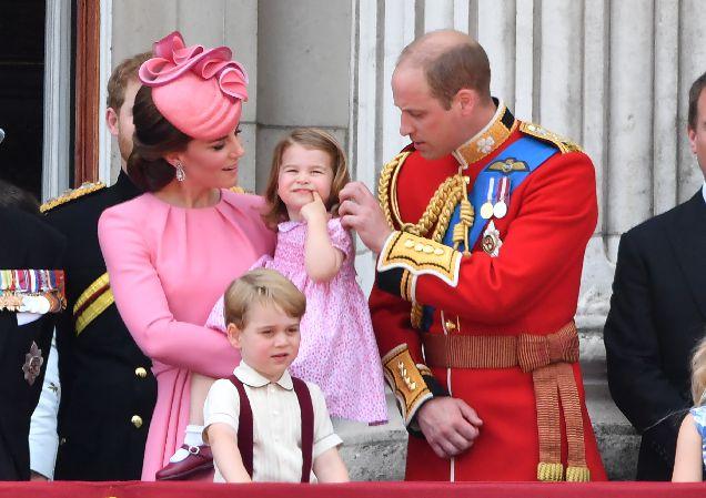 Кейт Миддлтон с детьми на дне рождении Королевы-320x180