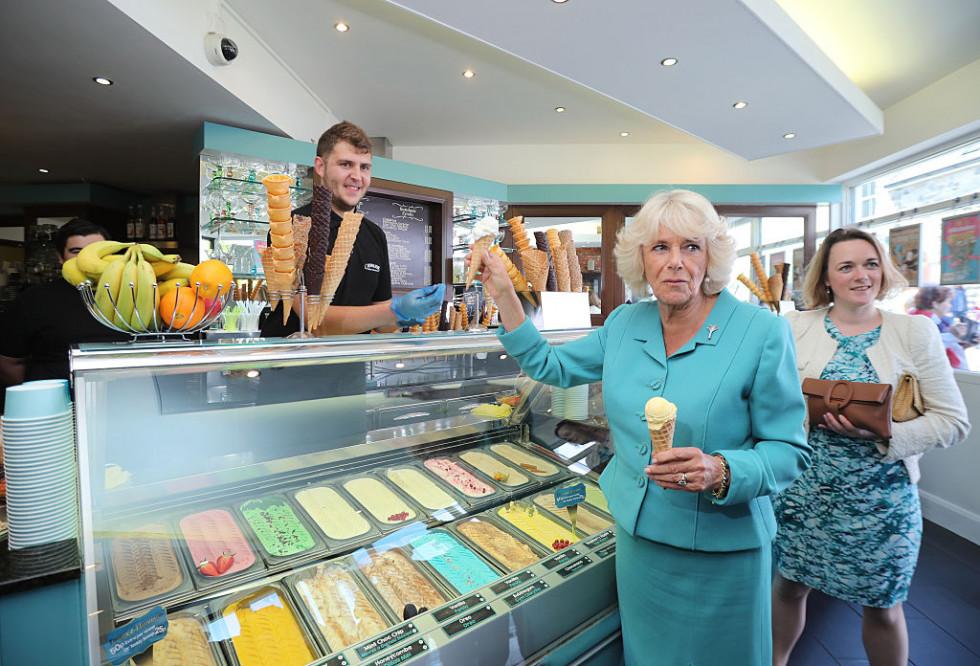 Герцогиня Корнуольская Камилла пробует мороженое