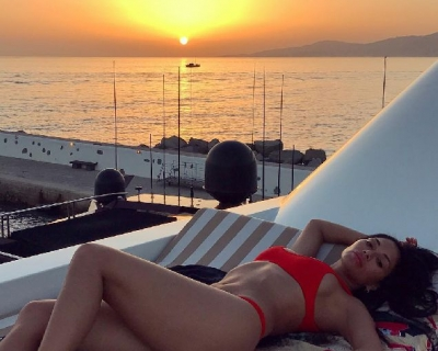 Жаркий отпуск: знаменитости показали фото с отдыха-430x480