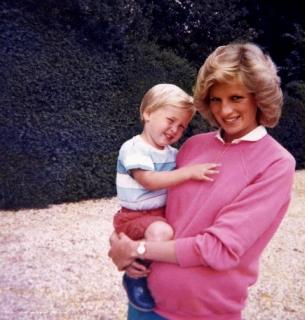 Уильям и Гарри показали редкие фото с принцессой Дианой