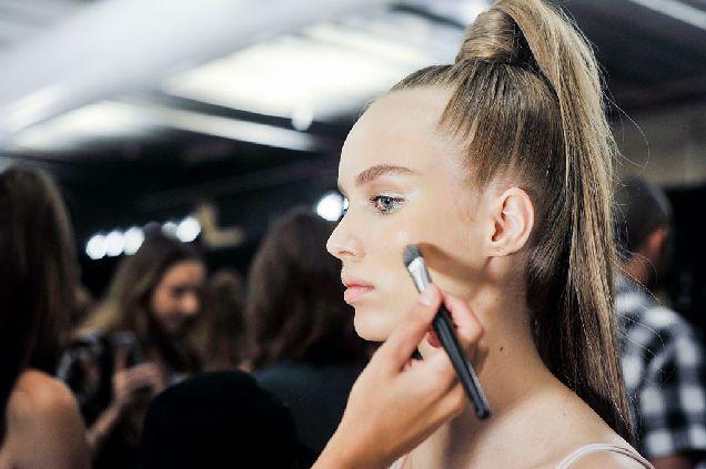 Секреты макияжа для девушек с голубыми глазами-320x180