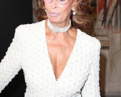 Образ дня: 82-летняя Софи Лорен на шоу Armani Privé-430x480