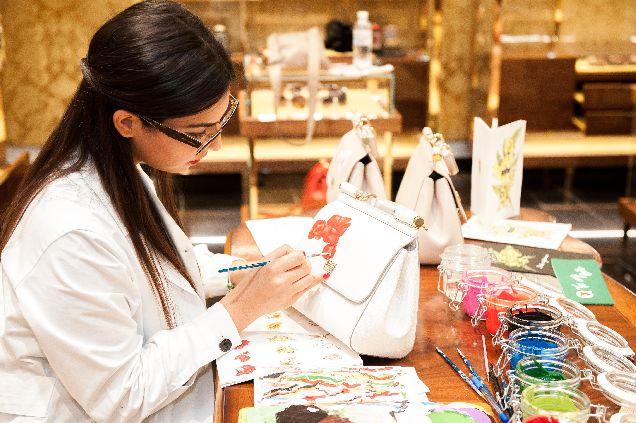 Фотоотчет: киевлянкам расписали сумки Dolce & Gabbana-320x180