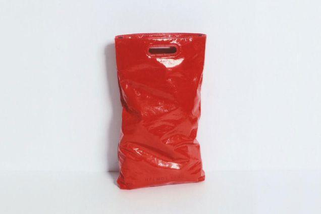 Странный товар: Helmut Lang выпустил сумку в виде мусорного пакета-320x180