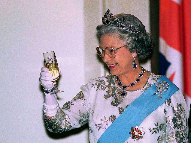 Какие алкогольные напитки предпочитает Елизавета II-320x180