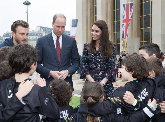 Стало известно, почему британские монархи никогда не дают автографы-320x180