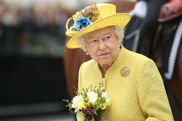 Все цвета радуги: стало известно, почему Елизавета II носит яркие цвета-320x180