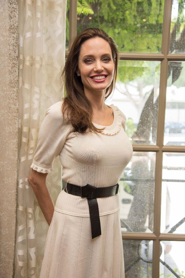 Образ дня: Анджелина Джоли с детьми на кинофестивале-320x180