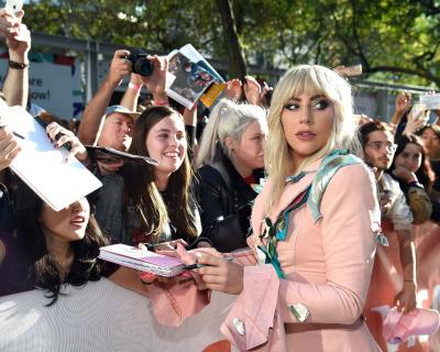 Леди Гага рассказала о своей хронической болезни-430x480