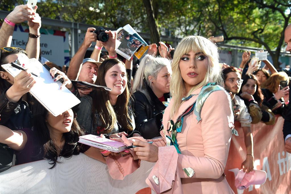 Леди Гага рассказала о своей хронической болезни-320x180