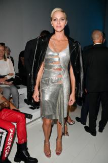 Княгиня Монако появилась в провокационном платье на показе Versace