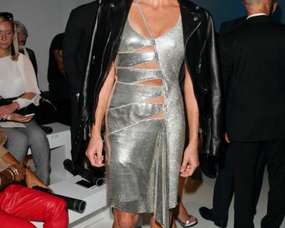 Княгиня Монако появилась в провокационном платье на показе Versace-430x480