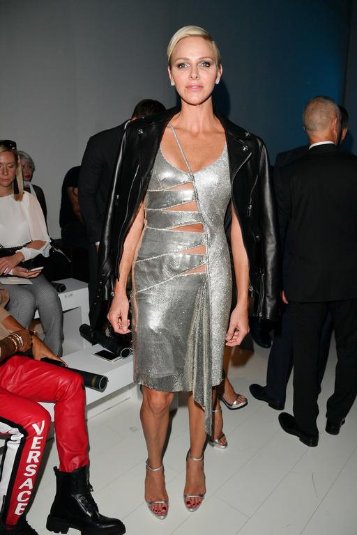 Княгиня Монако появилась в провокационном платье на показе Versace-320x180