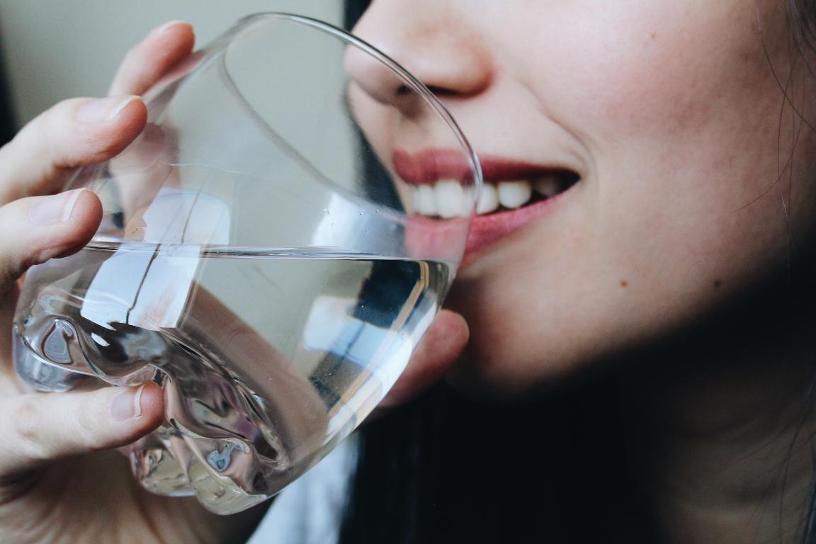 Сколько стаканов воды нужно выпивать в день (не 8!)-320x180