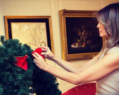 Мелания Трамп нарядила елку в Белом доме-430x480