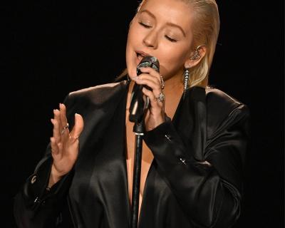 Кристина Агилера покорила сцену American Music Awards 2017-430x480
