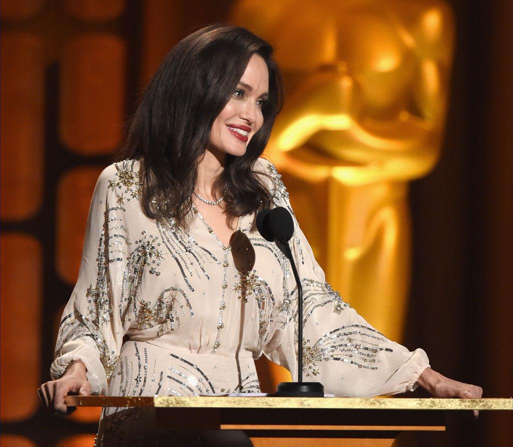 О чем будет новый фильм с Анджелиной Джоли-320x180