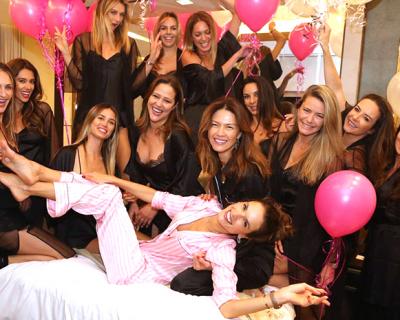 Алессандра Амбросио устроила прощальную пижамную вечеринку с моделями-430x480