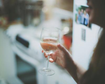 Что говорит о вашей личности любимое вино?-430x480