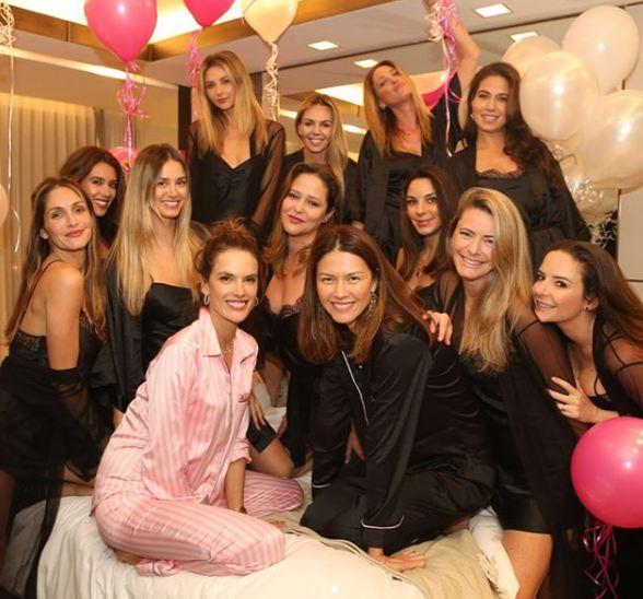 Алессандра Амбросио устроила прощальную пижамную вечеринку с моделями-Фото 2