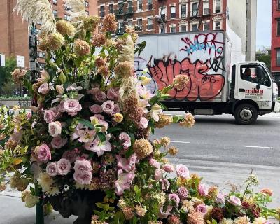 Фотоотчет: нью-йоркский флорист украсил улицы города-430x480