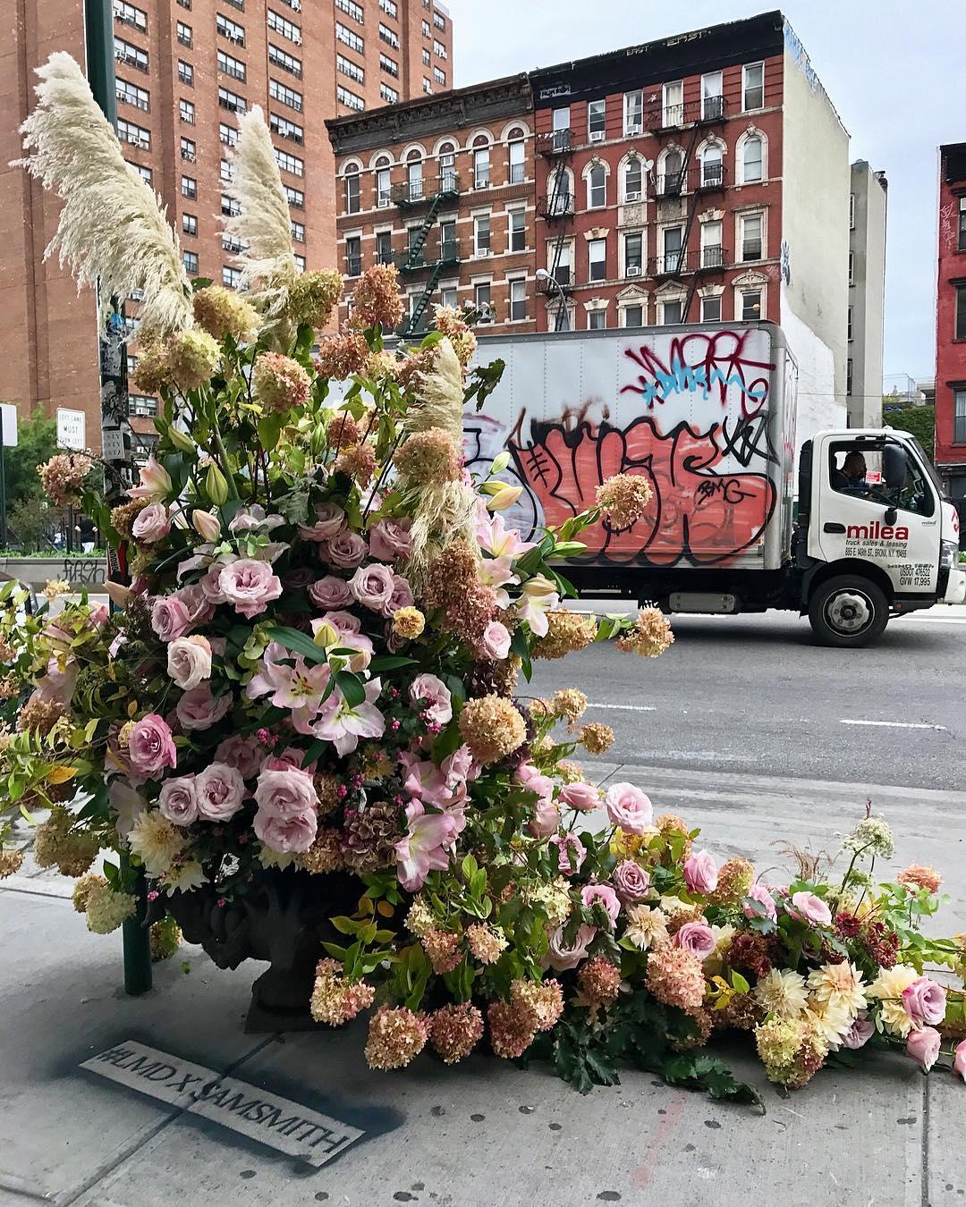Фотоотчет: нью-йоркский флорист украсил улицы города-320x180