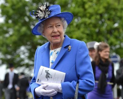 Дресс-код королевской семьи: шляпки Елизаветы II и шорты принца Джорджа-430x480