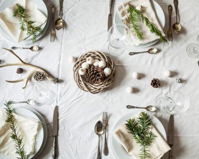 Новогодний переполох: как красиво украсить праздничный стол-430x480