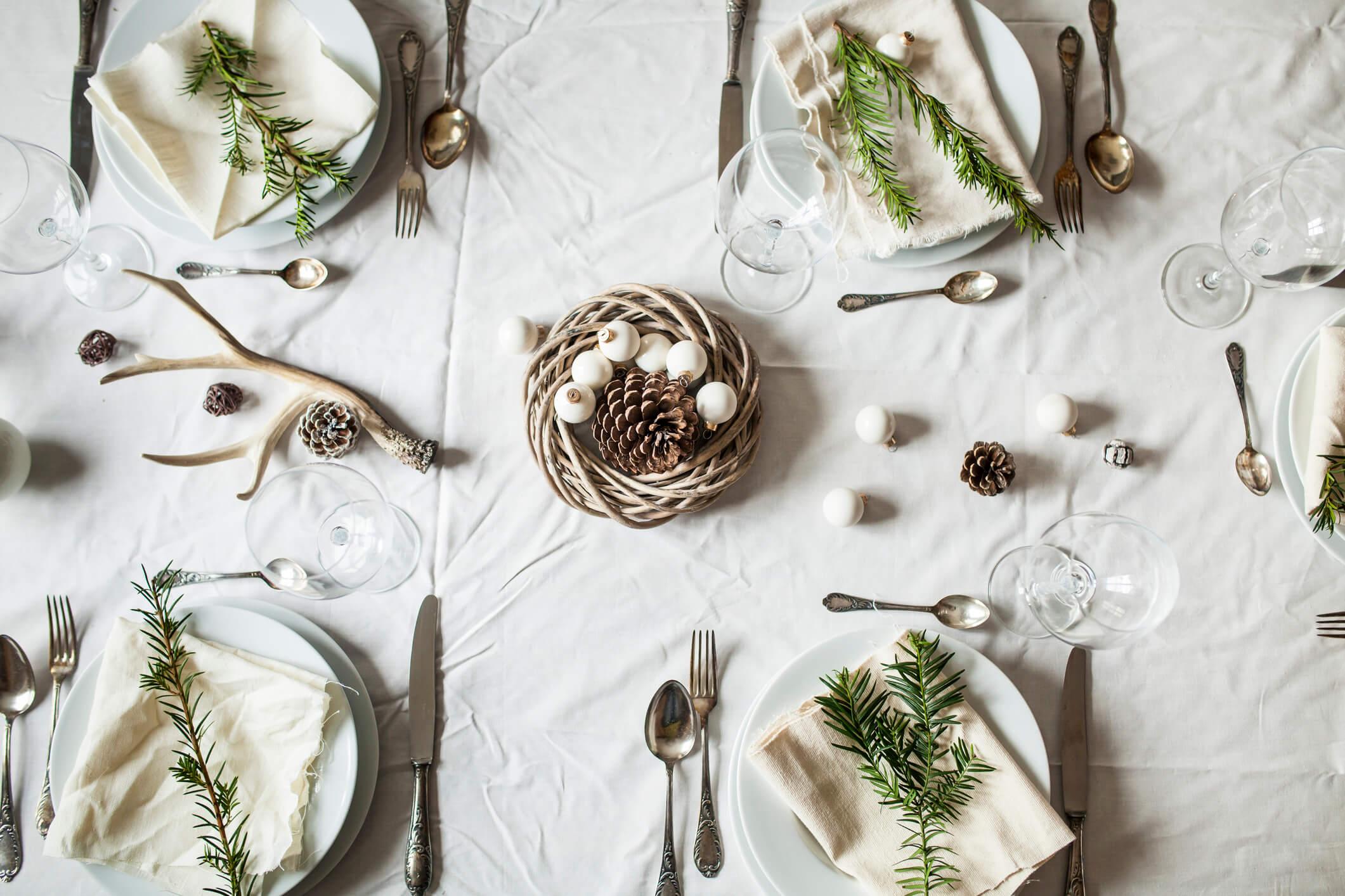 Новогодний переполох: как красиво украсить праздничный стол-320x180