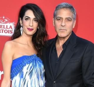 Клуни с женой раздавали пассажирам наушники с шумоподавлением во время полета с детьми