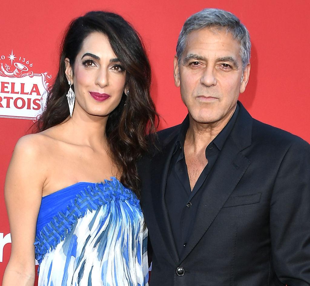 Клуни с женой раздавали пассажирам наушники с шумоподавлением во время полета с детьми-320x180