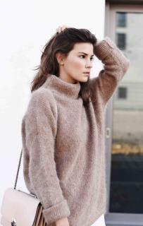 Как носить пушистый свитер: идеи от блогеров