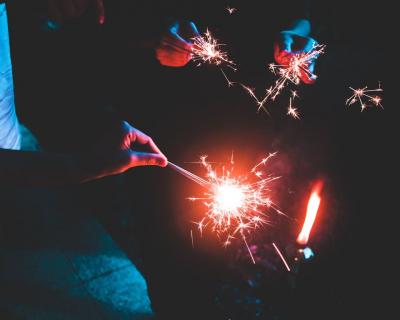 Новый год вне рамок: Гид по необычным праздничным вечеринкам-430x480