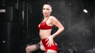 Белла Хадид в красном белье снялась в новогодней рекламе