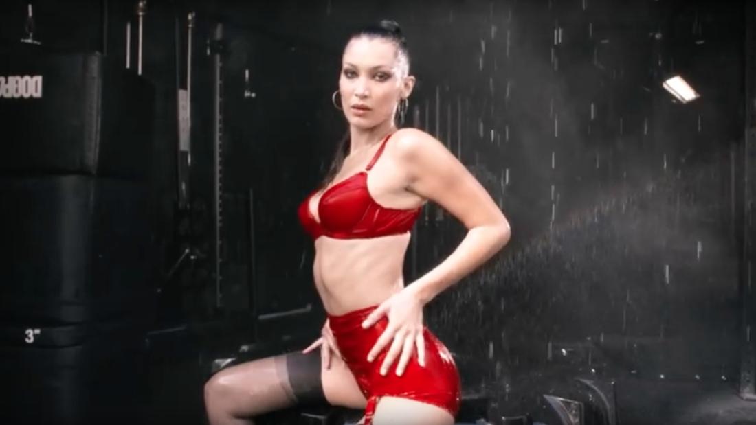 Белла Хадид в красном белье снялась в новогодней рекламе-320x180