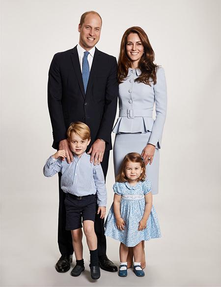 Кейт Миддлтон и принц Уильям с детьми представили семейный портрет-320x180