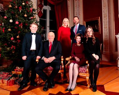 Королевская семья Норвегии представила серию рождественских фото-430x480