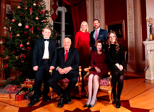 Королевская семья Норвегии представила серию рождественских фото-320x180