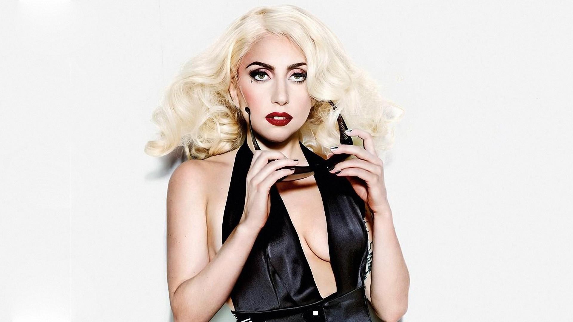 Леди Гага продемонстрировала стройную фигуру-320x180
