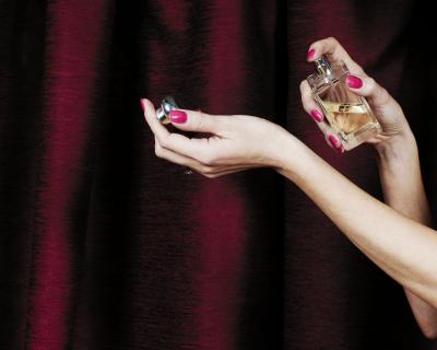 Новые форматы ароматов: что это такое и как их носить?-430x480