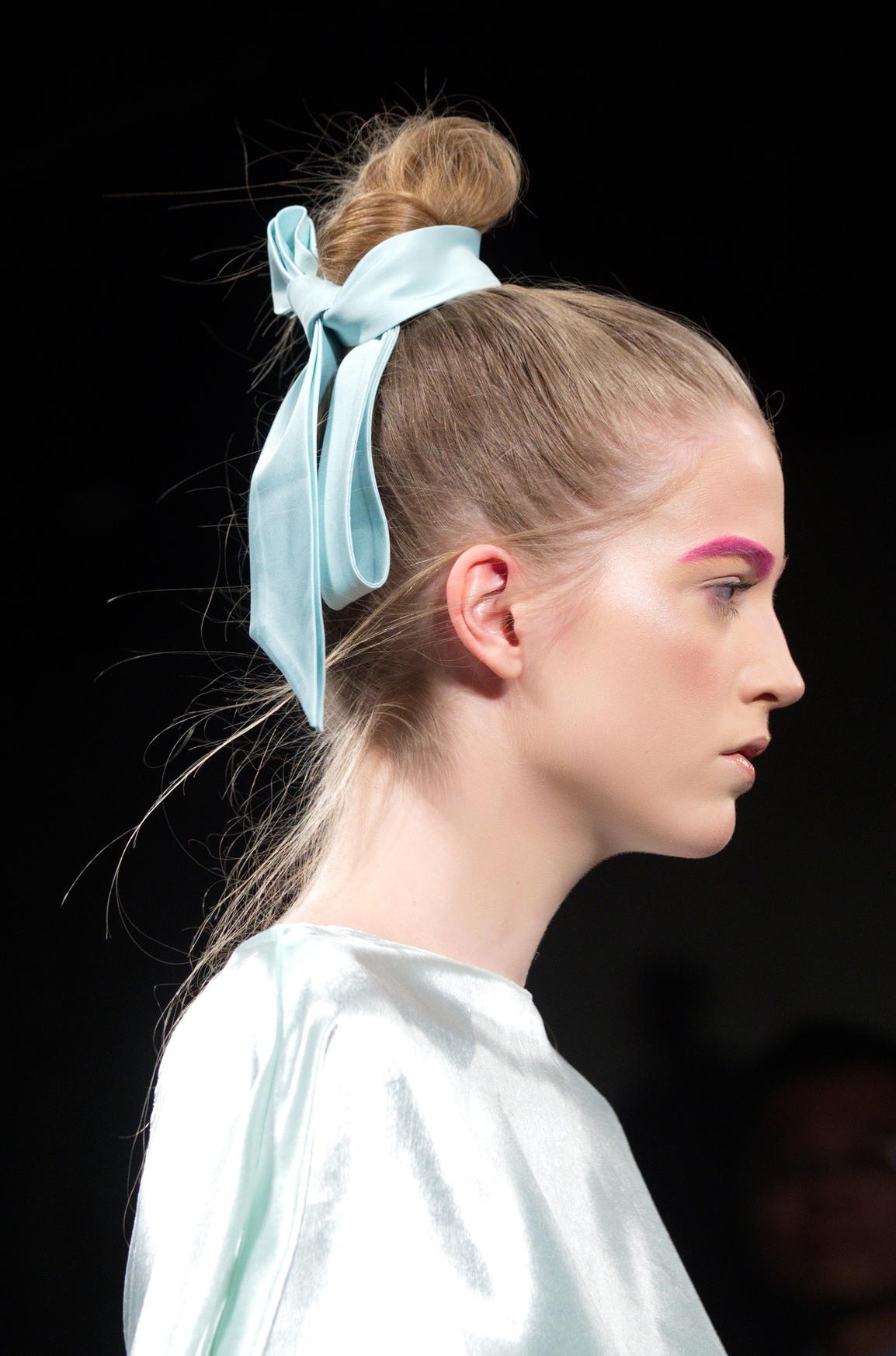 Романтичный тренд зимы: лента в волосах-320x180