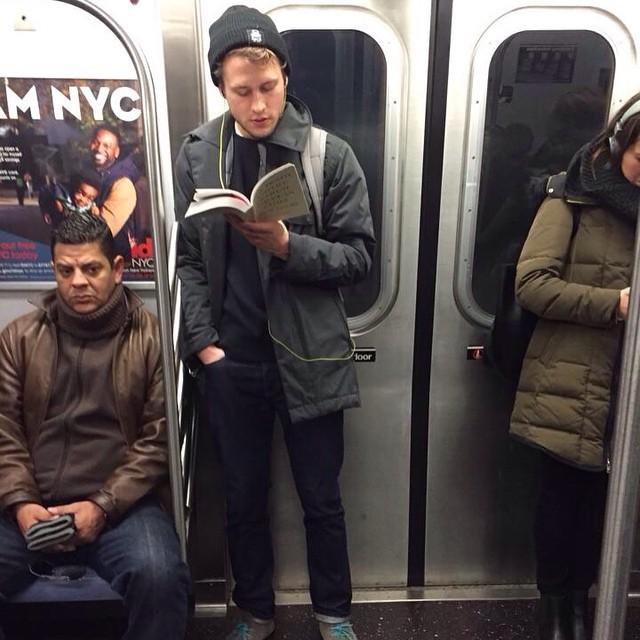 Читающие мужчины в метро фото