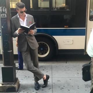 Инстаграм-аккаунт о читающих мужчинах в метро