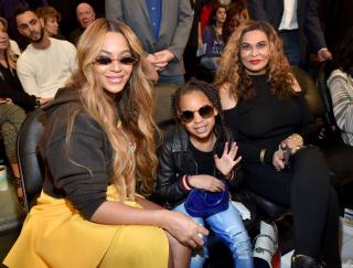 Мама с дочкой: Бейонсе взяла Блу Айви на баскетбольный матч