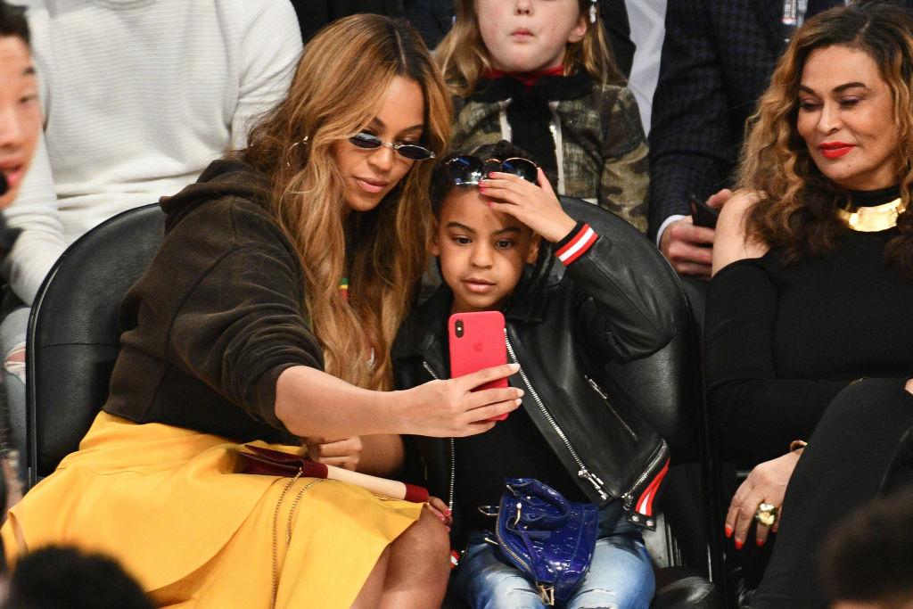 Мама с дочкой: Бейонсе взяла Блу Айви на баскетбольный матч-Фото 2