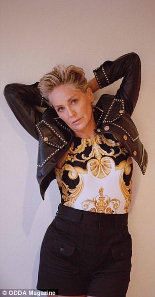 В платьях и шортах: фотосессия 60-летней Шэрон Стоун-Фото 5
