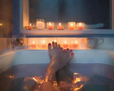 7 причин, почему горячая ванна лучше душа-430x480